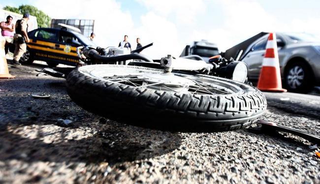 O motociclista Roberto Costa Freitas, 37 anos, morreu na hora - Foto: Luiz Tito | Ag. A TARDE