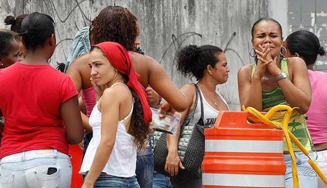 Familiares de presos aguardam liberação de visitas na entrada da Lemos Brito - Foto: Lúcio Távora | Ag. A TARDE