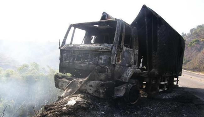 Vento fez as chamas se alastrarem rapidamente pelo caminhão, que ficou destruído - Foto: Clerisson de Oliveira   Giro de Notícias.com