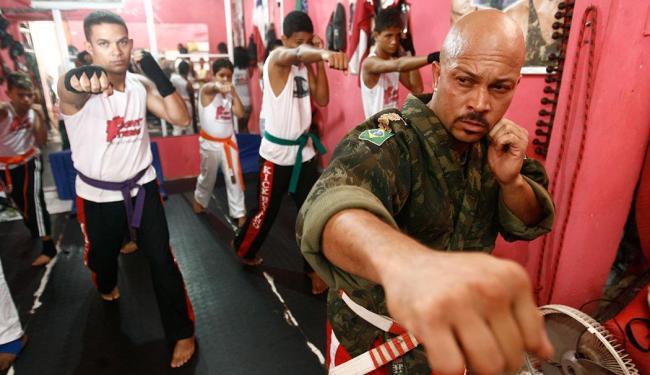 A academia abriga 30 alunos que têm aulas de boxe full contact - Foto: Raul Spinassé | Ag. A TARDE