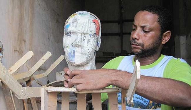 Jair Souza Freitas confecciona bonecos do Judas em Cachoeira - Foto: Cristina Santos Pita | Ag. A TARDE