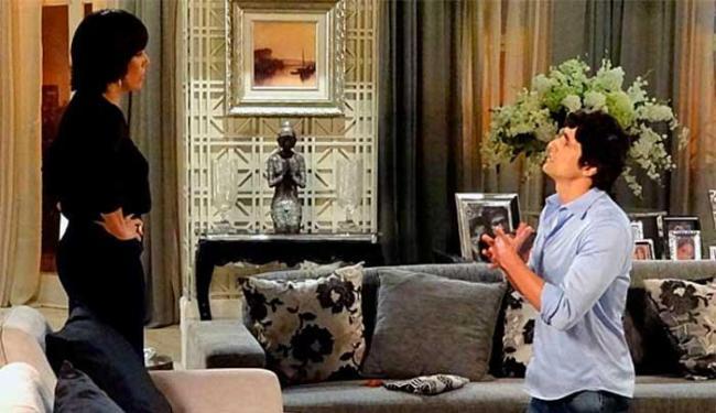 Nando tenta explicar para Roberta que foi sequestrado - Foto: Divulgação | TV Globo