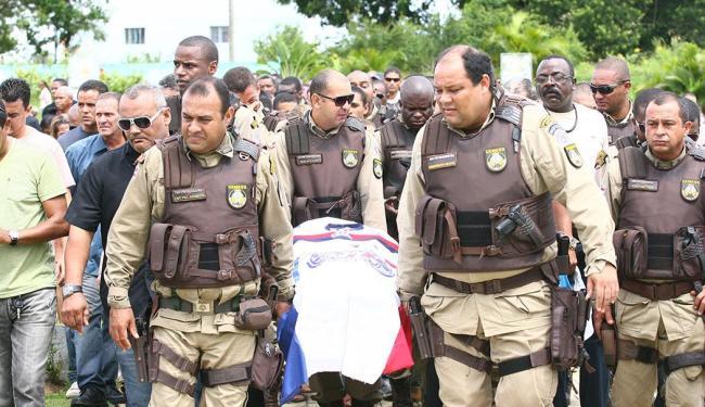 O caixão com o corpo do policial foi coberto com a bandeira do Bahia - Foto: Fernando Amorim | Ag. A TARDE