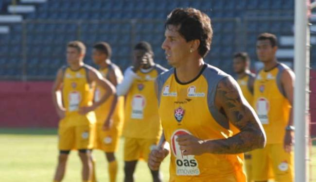 Recuperado, beque será titular na zaga ao lado de Gabriel Paulista - Foto: Esporte Clube Vitória   Reprodução