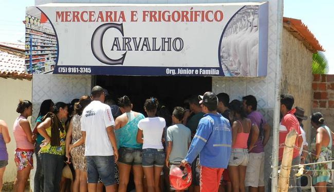 O corpo da mulher do ex-PM foi levado para dentro da Mercearia Carvalho - Foto: Foto do Leitor