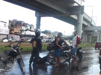 Motociclista fraturou a perna e aguarda chegada do Samu - Foto: Thaís Seixas   Ag. A TARDE