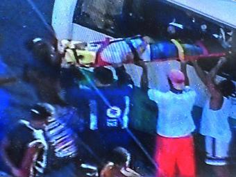 Socorristas do Samu resgataram os feridos pelas janelas do micro-ônibus - Foto: Reprodução | TV Record Bahia