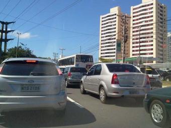 Fluxo de veículos deixa retenções na Avenida Paralela - Foto: Paula Pitta | Ag. A TARDE