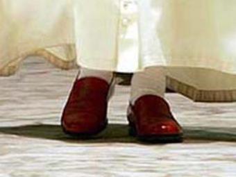 Sapatos do ex-papa Bento XVI estão sendo exibidos em museu de Granada - Foto: Efe