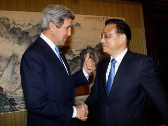 Kerry cumprimenta Keqiang durante reunião no complexo de Zhongnanhai, em Pequim - Foto: Agência Reuters