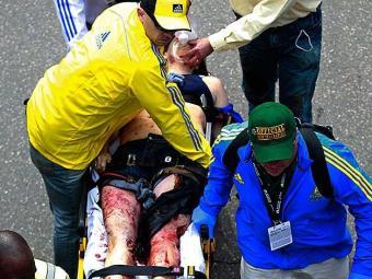 Equipe médica e voluntários na ajuda das vítimas - Foto: AP Photo/Charles Krupa