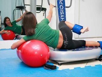 Exercícios localizados realizados com pesos e com a bola de Pilates também fazem efeito - Foto: Manuela Cavadas | Arquivo | Ag. A TARDE