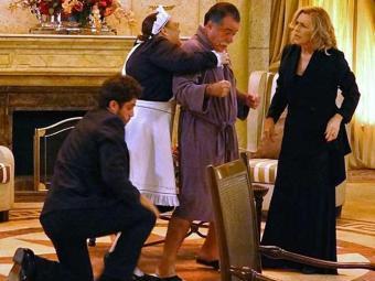 Charlô, Olívia e Zenon agarram Otávio achando que ele é Dominguinhos - Foto: Reprodução | TV Globo