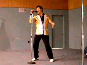 Suspeito trabalhando como sósia de Elvis Presley - Foto: Reprodução | YouTube