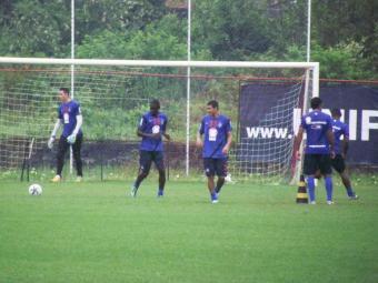 Sob forte chuva, elenco realizou treino tático na manhã desta quinta-feira - Foto: Esporte Clube Bahia | Divulgação