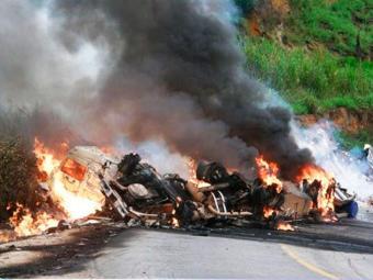 Após tombar, veículo se arrastou por cerca de 40 metros - Foto: Clérisson de Oliveira | Giro de Notícias.com