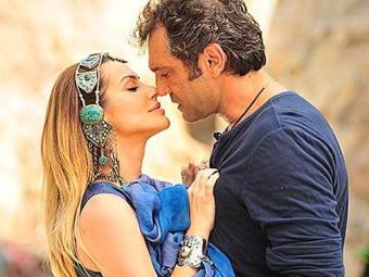Bianca e Zyah se beijam e nem imaginam que Ayla está vendo tudo - Foto: Divulgação
