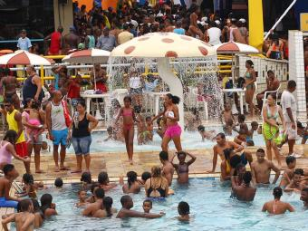 Apesar do mau tempo, piscinas mantém a programação normal - Foto: Claudionor Junior | Ag. A TARDE