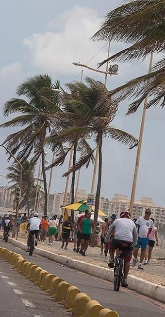Calçadão da orla atrai muita gente para a 'malhação' - Foto: Dorivan Marinho | Ag. A TARDE