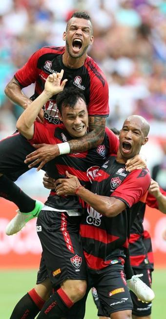 Renato Cajá marcou, de pênalti, o primeiro gol da nova Arena e abriu a goleada sobre o Bahia - Foto: Lúcio Távora | Ag. A TARDE