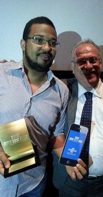 O jornalista Donaldson (E) exibe seu troféu ao lado do superintendente do Sebrae, Edival Passos - Foto: Marcos Venancio | Ag. A TARDE