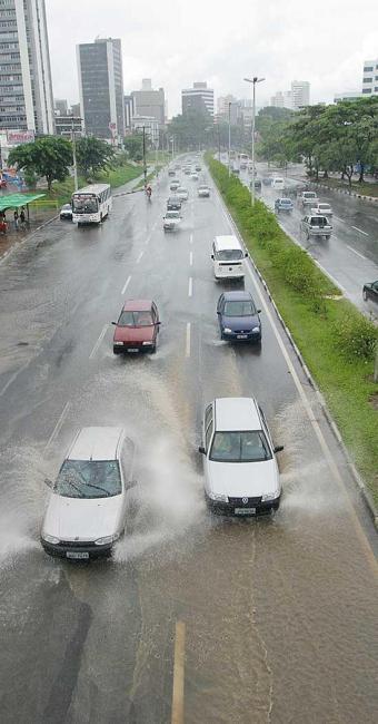 Formação de poças é recorrente na Avenida ACM - Foto: Fernando Vivas   Ag. A TARDE