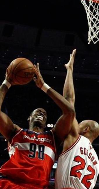 Pivô do Washington Wizards Jason Collins em partida contra o Chicago Bulls na temporada 2012/2013 - Foto: Jim Young | Reuters