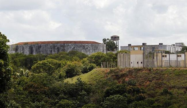 Bandidos chegaram pela mata que faz parte do complexo da UED e renderam dois PMs que faziam a guarda - Foto: Lúcio Távora | Ag. A TARDE