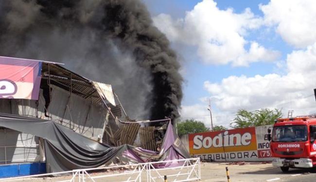 Incêndio que começou pela madrugada só foi controlado por volta das 15h desta terça - Foto: Paulo José | Site Acorda Cidade