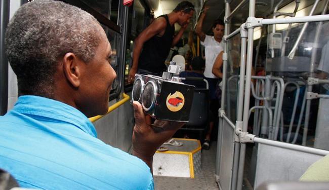 Geraldo Moreira costuma ouvir uma rádio evangélica dentro do ônibus - Foto: Joá Souza | Ag. A TARDE