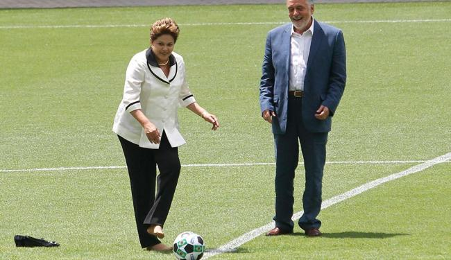Presidente tirou o sapato para fazer ato solene na inauguração da Arena Fonte Nova - Foto: Lúcio Távora | Ag. A TARDE