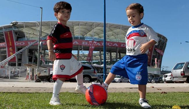 João Miguel (V) e Gustavo (B) batem bola em frente ao local onde pretendem ter uma série de emoções - Foto: Eduardo Martins   Ag. A TARDE