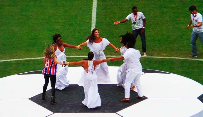 Trajando um vestido todo branco, Ivete saudou artistas - Foto: Bruno Porciuncula | Agência A TARDE
