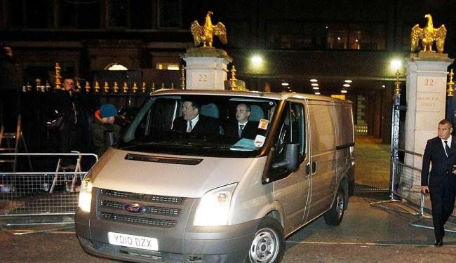 Carro com corpo de Margareth Thatcher deixa hotel - Foto: Agência Reuters