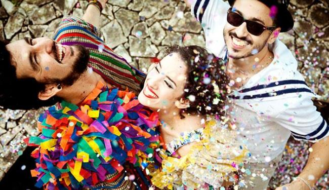 Sempre arrastando multuidão, banda resgata a essência das marchinhas e bailes dos antigos carnavai - Foto: Mayra Lins   Reprodução