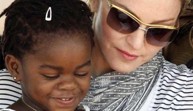 Madonna com Mercy James, uma das crianças adotadas no Malaui - Foto: Agência Reuters