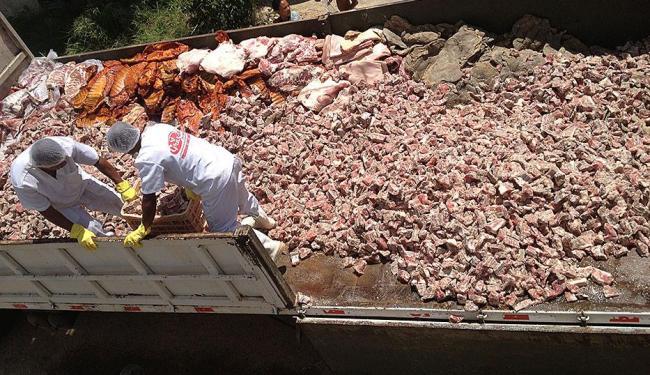 Carne apreendida estava no chão do frigorífico clandestino que funcionava em Valéria - Foto: Divulgação | Ascom SSP