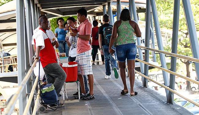 Antes do ordenamento, pedestres costumavam driblar os ambulantes que ocupavam a passarela - Foto: Margarida Neide | Ag. A TARDE