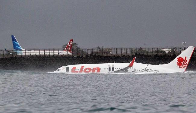 Pouso mal-sucedido faz aeronave cair no mar - Foto: Agência Reuters
