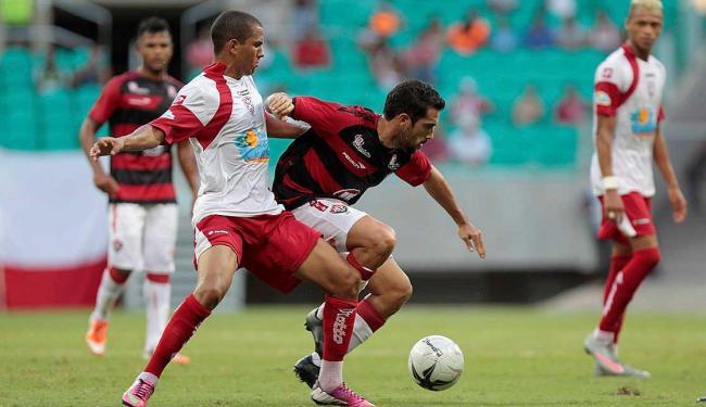 Escudero disputa bola com jogador do time adversário - Foto: Eduardo Martins | Ag. A TARDE