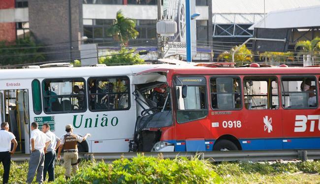 Ônibus das empresas BTU e União colidem na via exclusiva do Iguatemi - Foto: Marco Aurélio Martins | Ag. A TARDE