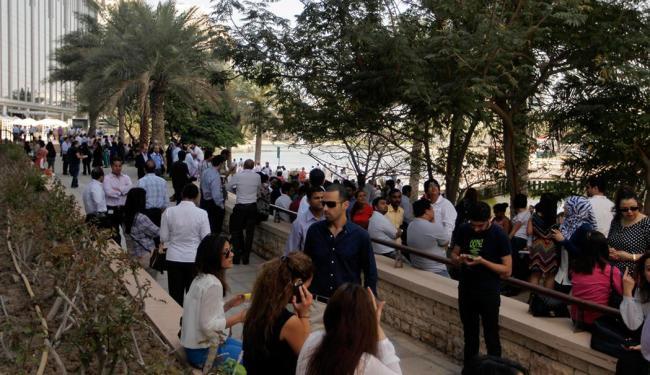 Profissionais esvaziam escritórios em Dubai por causa do terremoto - Foto: Reuters