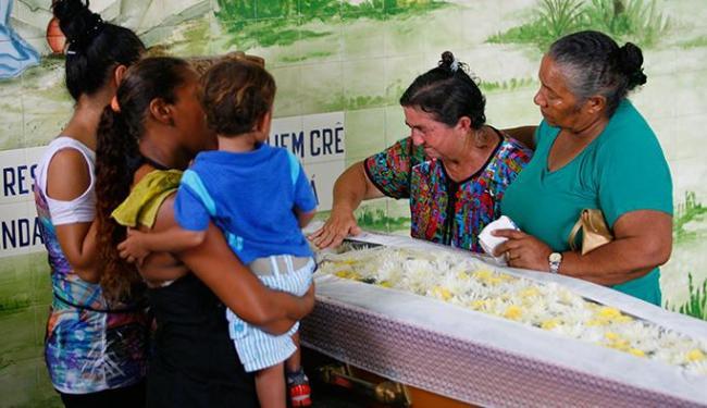 Familiares de Cosme Ferreira Barbosa compareceram ao seu velório na Quinta dos Lázaros - Foto: Marco Aurélio Martins | Ag. A TARDE