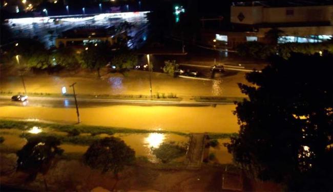 Canal da Av. ACM transbordou durante a madrugada - Foto: Ana Maria Vieira | Foto do Leitor