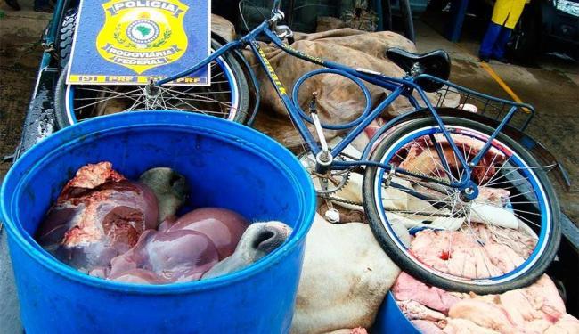 Carne estava sendo transportada sem acondicionamento e refrigeração adequados - Foto: Divulgação | PRF
