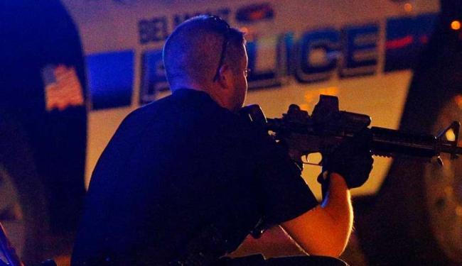 Policial em caça a suspeito no MIT, em Boston - Foto: Agência Reuters