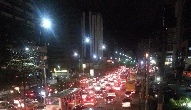 Manifestação engarrafa trânsito em Salvador: Tancredo Neves parada - Foto: Marcos Venancio Machado   Ag. A TARDE