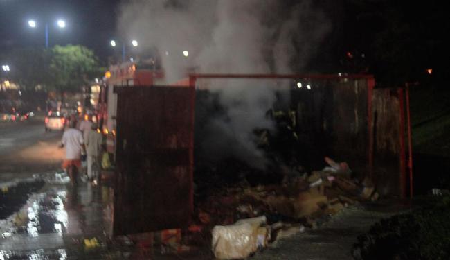 Moradores atearam fogo no deposito de lixo do local - Foto: Teófilo Henrique | Ag. A TARDE