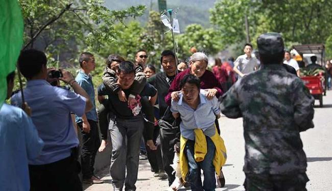População ajudou a retirar os feridos dos locais atingidos pelo terremoto - Foto: Agência Reuters