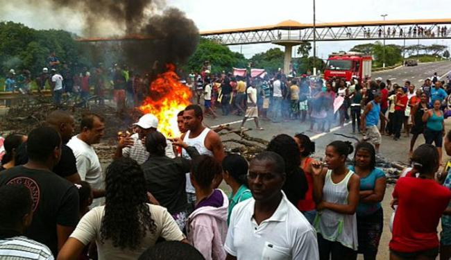 Moradores do Bairro da Paz ateiam fogo em troncos de árvores para protestar - Foto: Luciano da Matta| Ag. A TARDE